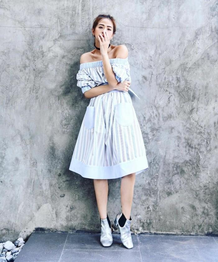 magnifico-abito-spalle-scoperto-tonalità-colore-chiaro-scarpe-ginnastica-lunghezza-ginocchio