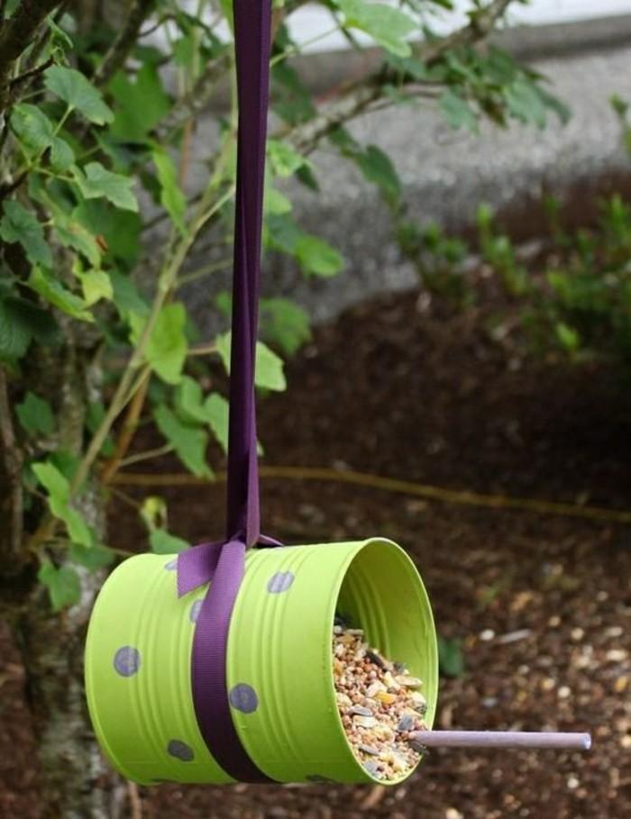 mangiatoia-uccelli-fai-da-te-barattolo-latta-colorato-verde-pois-viola-nastro-sospensione