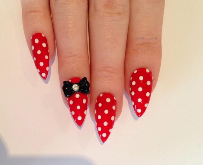 manicure-anni-50-colore-rosso-pois-bianche-nail-accent-con-fiocco-nero-piccolo-brillantino-forma-stiletto
