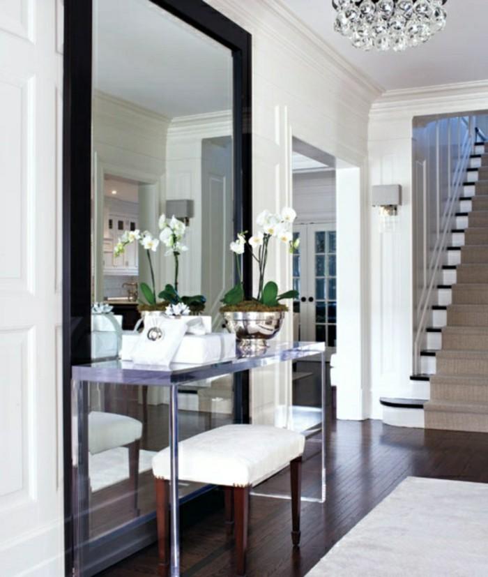 mobili-per-corridoio-idee-arredamento-design-stile-classico-tavolino-decorazioni-specchio-parete-molto-grande