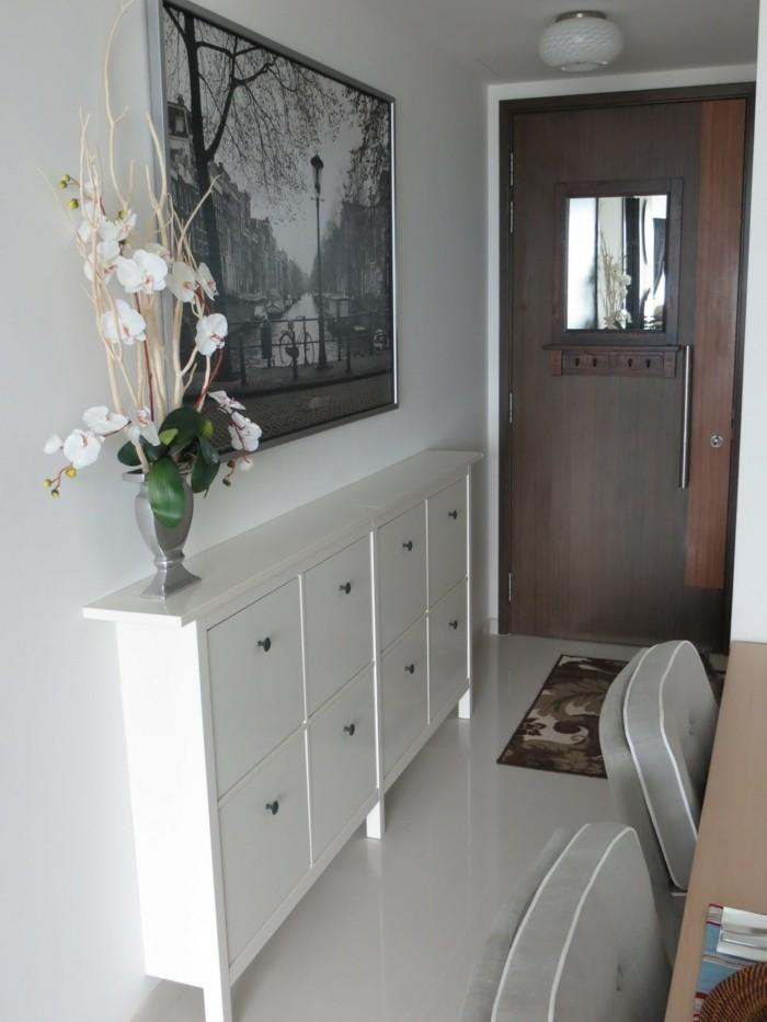 mobili-per-corridoio-legno-colore-bianco-vaso-fiori-porta-di-ingresso-blindata-quadro-parete