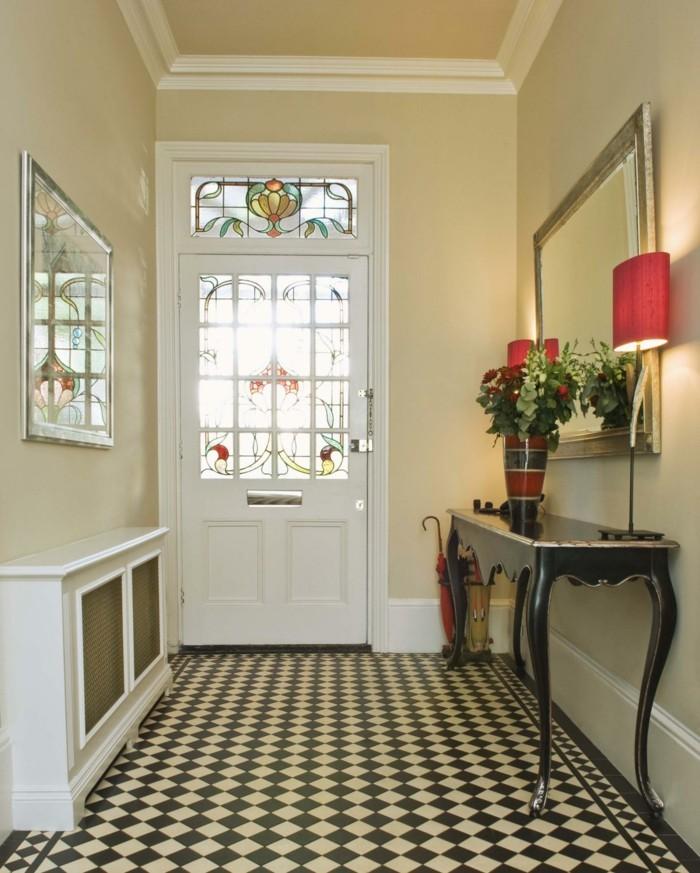 mobili-per-corridoio-pavimento-pistrelle-mobile-legno-vaso-fiori-lampade-da-tavolo-specchio-porta-di-ingresso