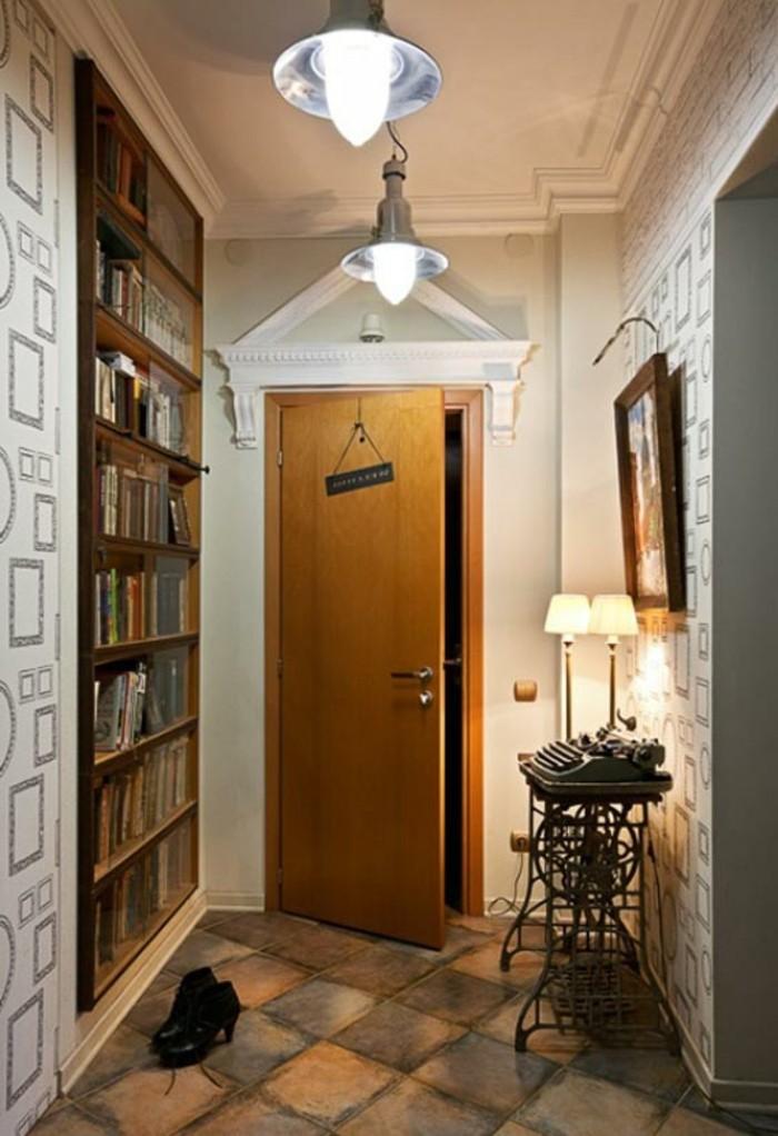 mobili-per-corridoio-scaffali-a-vista-legno-libri-illuminazione-lampade-da-soffitto-mobiletto-ferro-battuto-cornce-porta-di-ingresso