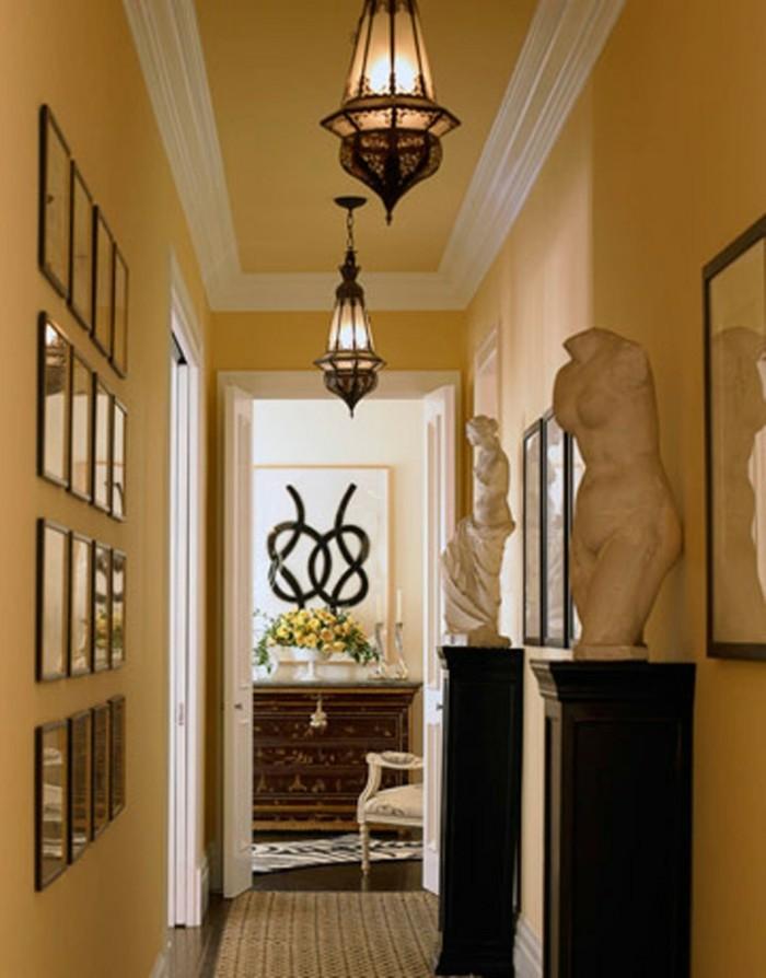 mobili-per-corridoio-stile-classico-legno-statue-fofo-cornici-lampadari-tappeto-pareti-gialle