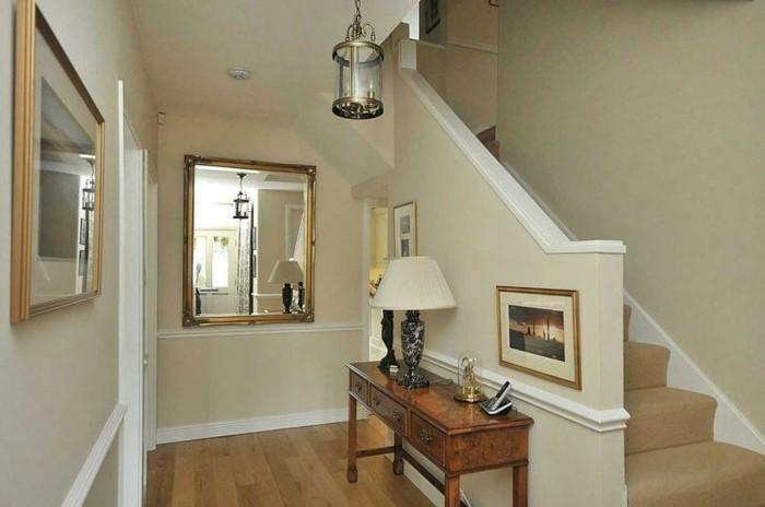 mobili-per-corridoio-tavolino-legno-decorazioni-specchi-quadri-lampada-da-tavolo-scale-pavimento-parquet