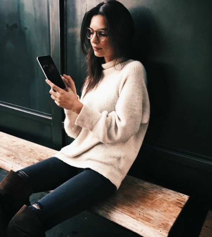 moda-autunno-pantalone-nero-strappi-stivali-alti-ginocchio-maglione-beige-collo-alto-occhiali-da-vista