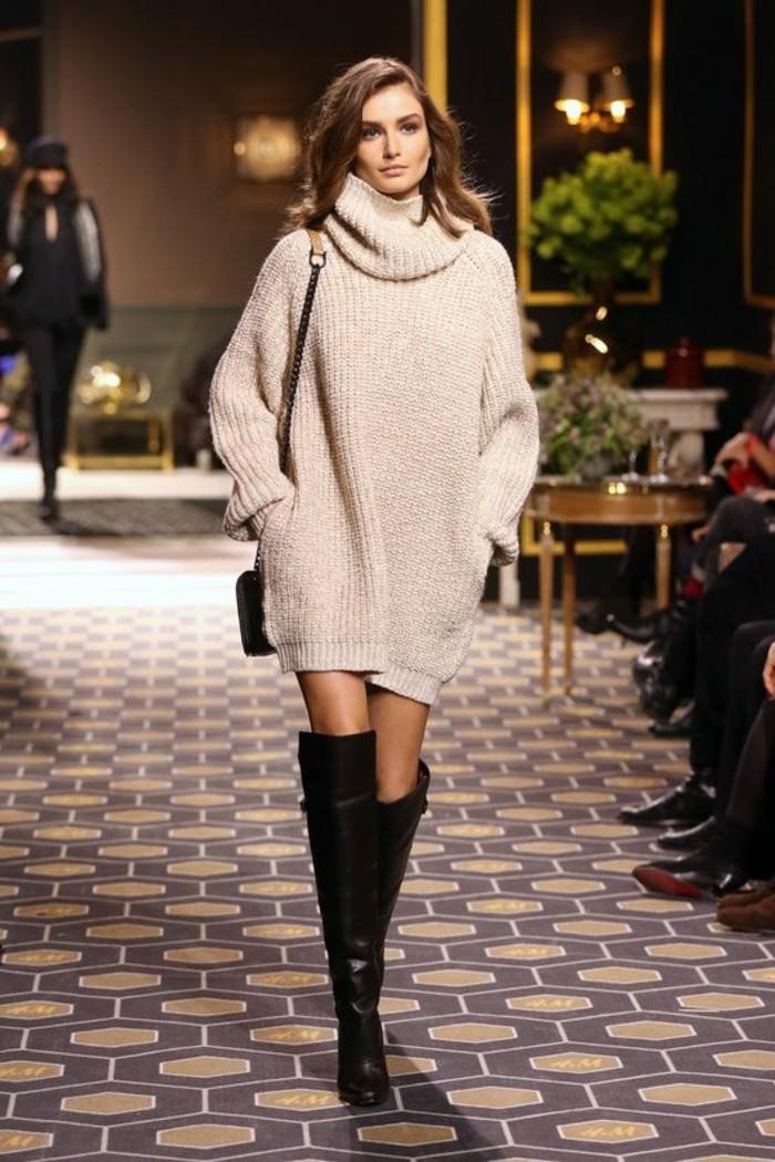 moda-autunno-vestito-maglia-colore-beige-borsa-tracolla-stivali-alti-pelle-nera