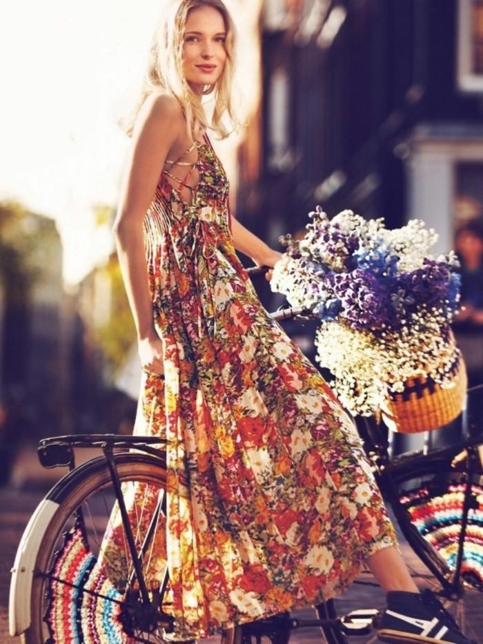 moda-bohème-chic-donna-bicicletta-vestito-lungo-cesto-fiori-capelli-biondi
