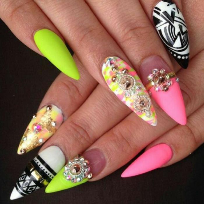 nail-art-disegni-brillantini-forma-unghie-stiletto-punta-diversi-colori-verde-rosa-nero-bianco