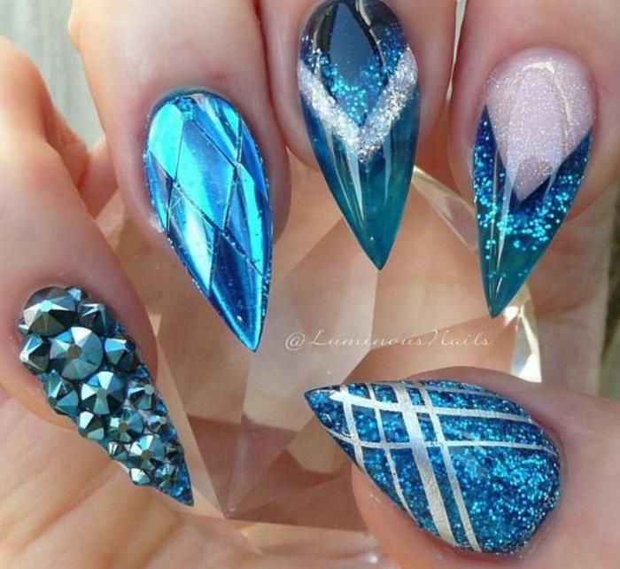 nail-art-idee-unghie-artiglio-brillantini-colore-blu-sfumature-glitter-strisce-argento