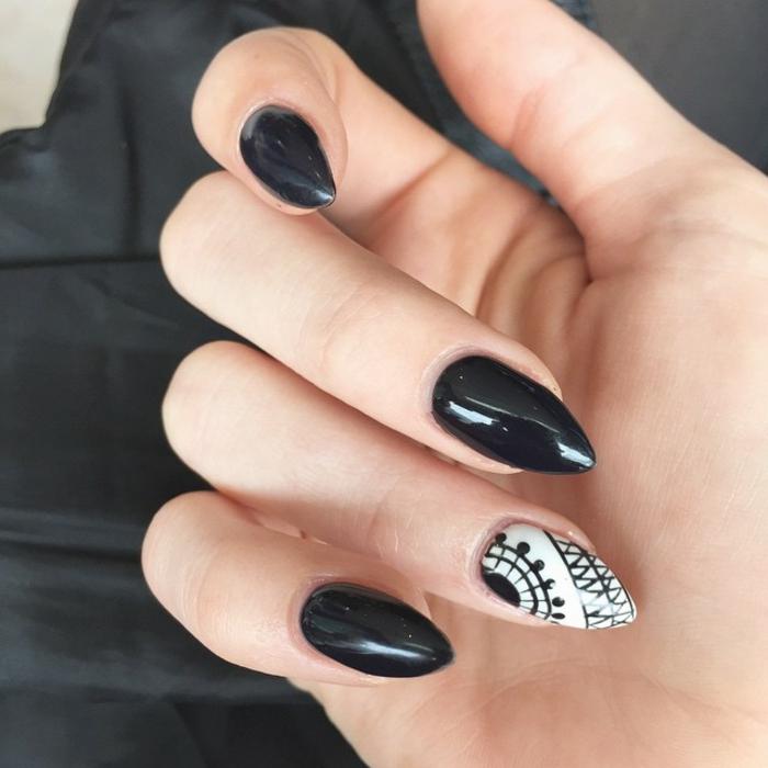 nail-art-unghie-a-punta-colore-nero-media-lunghezza-anulare-decorato-base-bianca