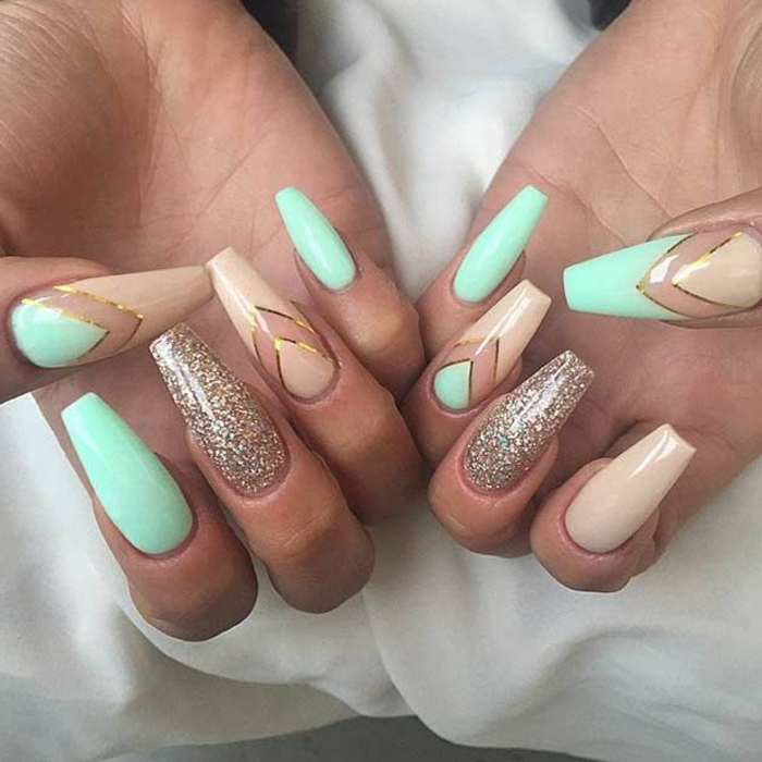 nail-art-unghie-a-punta-colore-verde-oro-beige-finto-stiletto-strisce
