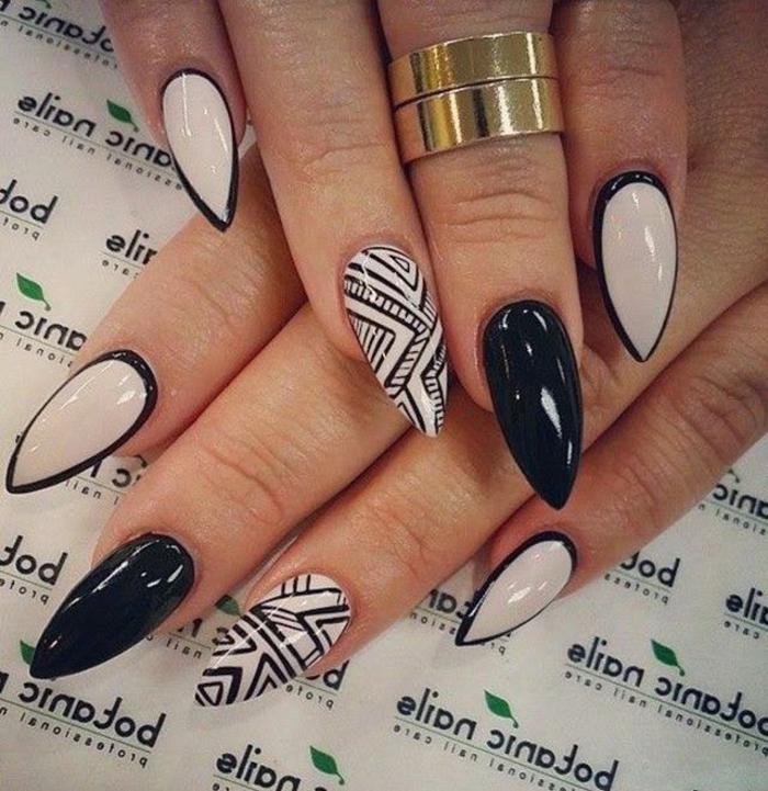 nail-art-unghie-a-punta-smalto-nero-smalto-beige-chiaro-accent-nail-decorazione-disegno-anello-oro