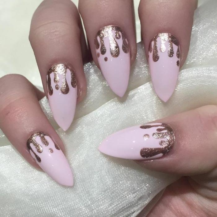 nail-art-unghie-colore-rosa-decorazione-color-oro-argento-macchie-forma-finto-stiletto