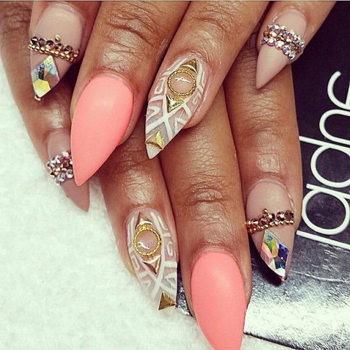 nail-art-unghie-forma-punta-stiletto-unghia-rosa-idea-brillantini-mani-manicure