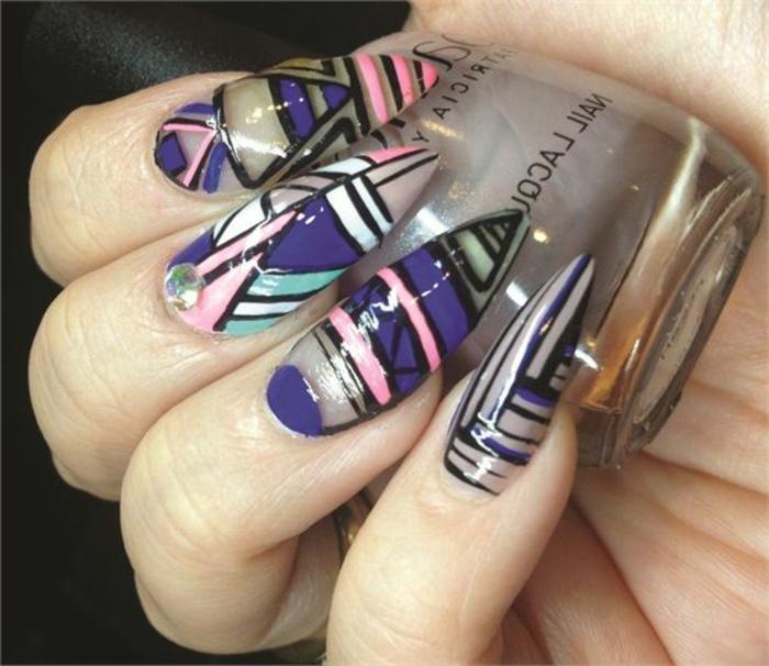 nail-art-unghie-stiletto-colorate-diverse-colori-piccolo-brillantino-dito-medio-smalto-colore-grigio