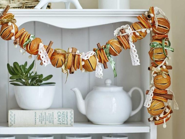 decorazioni di natale da realizzare a mano: una proposta originale creata con arance, cannella e stoffa bianca ricamata