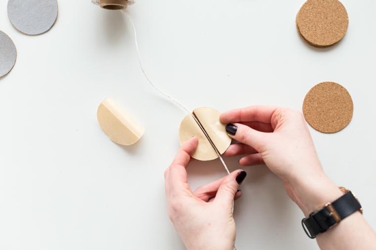 ghirlande natalizie di carta, un momento della realizzazione di un pallina da appendere