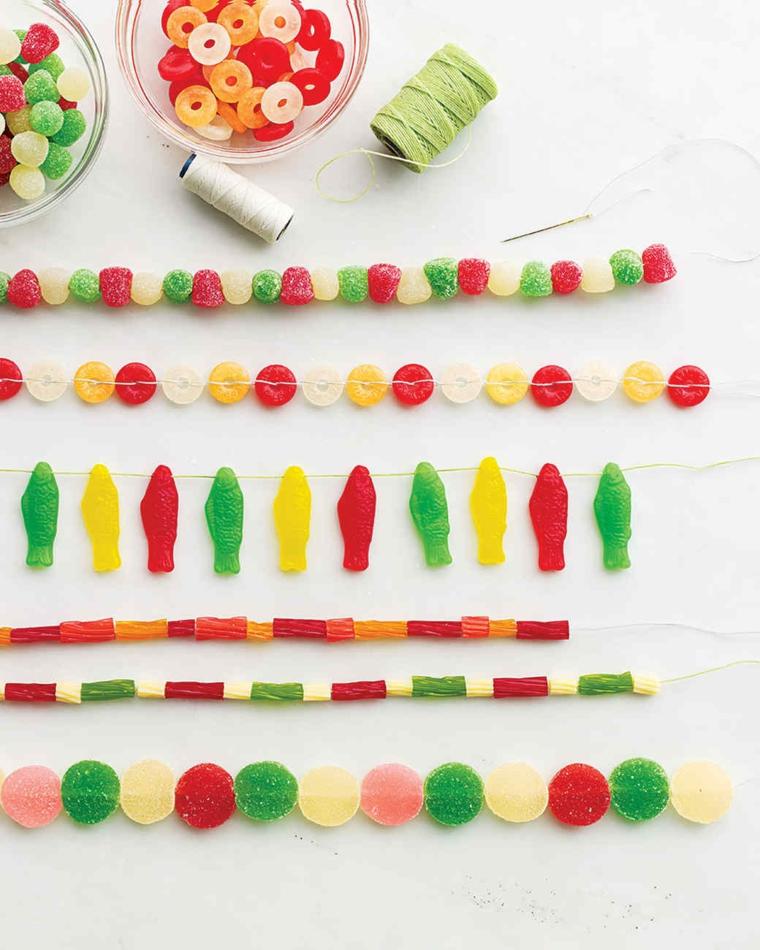 addobbi di natale originali, alcune idee con delle caramelle gommose e pasta colorata