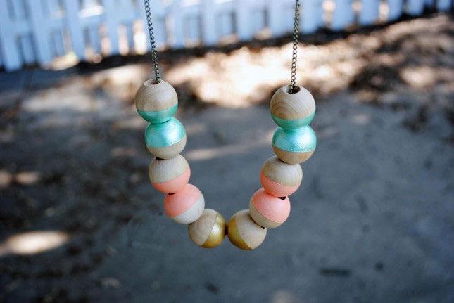 oggetti-fai-da-te-gioiello-collana-ciontoli-legno-colorati-idea-lavoretti-creativi-fai-da-te