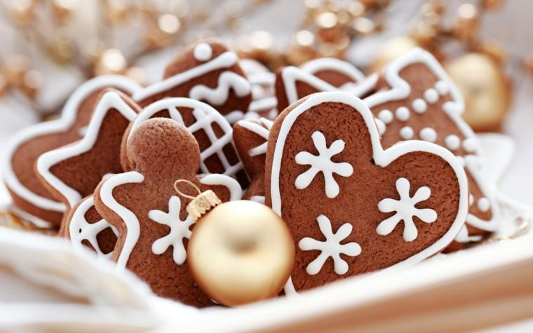 Biscotti al cacao dal design originale, omini, cuori e stelle decorati con della glassa reale di colore bianco