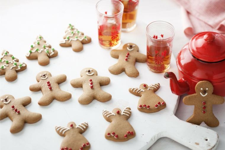 Biscotti di Natale, omini di pan di zenzero decorati con glassa e piccoli alberelli