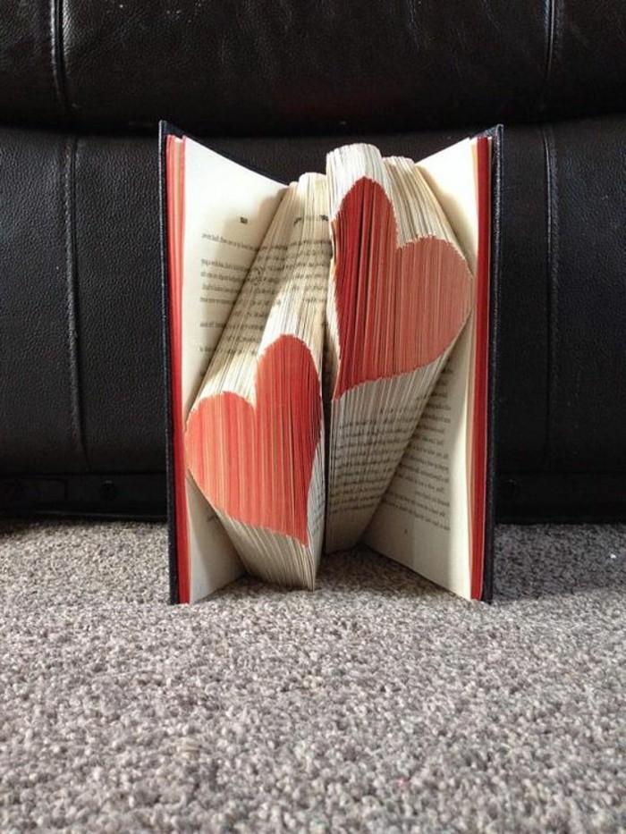 origami-pagine-libro-due-cuori-colorati-rosso-idea-arte-contemporanea