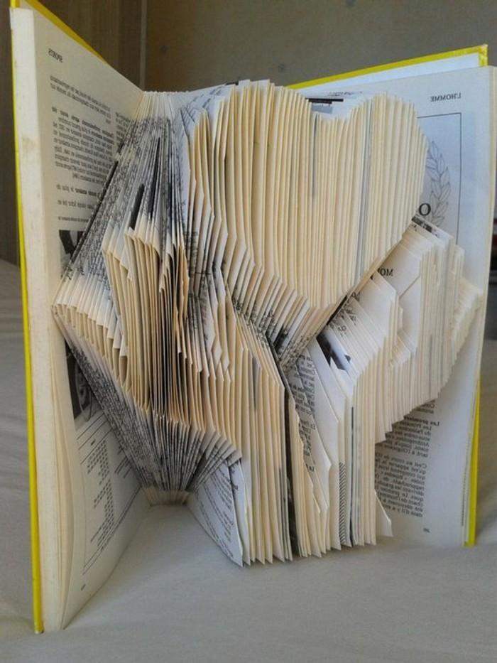 origami-realizzati-pagine-libri-vecchi-cuore-tenuto-fra-due-mani