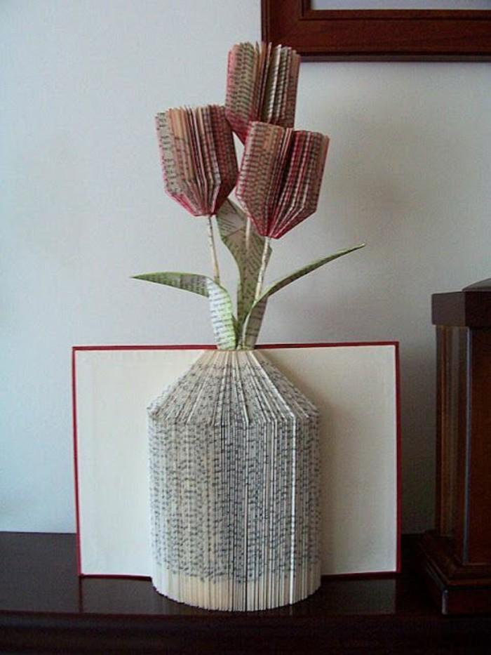 origami-realizzati-piegando-pagine-libro-vaso-interno-fiori-tulipani