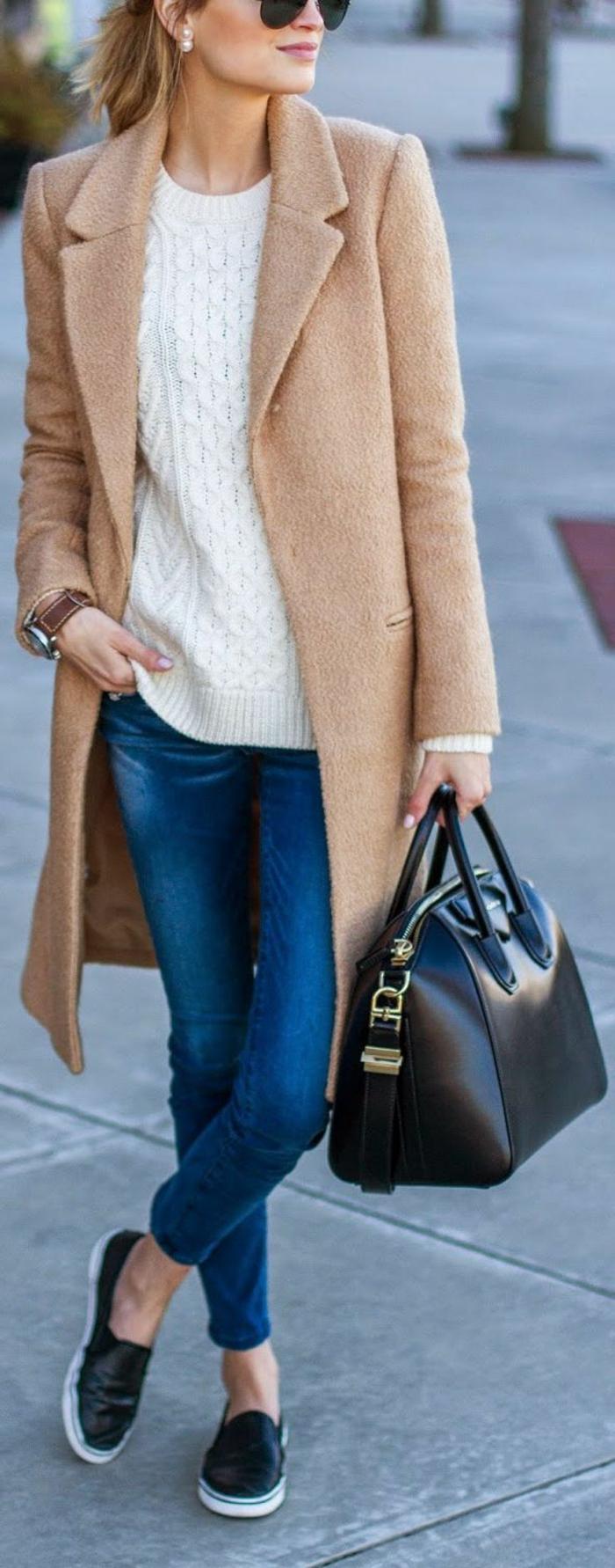 outfit-casual-chic-donna-cappotto-beige-jeans-scarpe-nere-abbinate-borsa-pelle-tracolla-maglione-bianco-lana