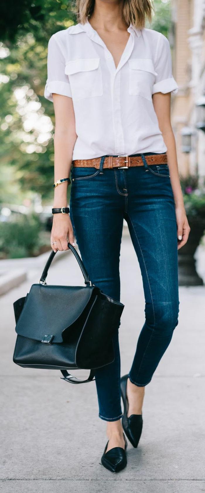 outfit-casual-chic-donna-jeans-ballerine-punta-camicia-bianca-maniche-corte-borsa-nera-cintura-marrone