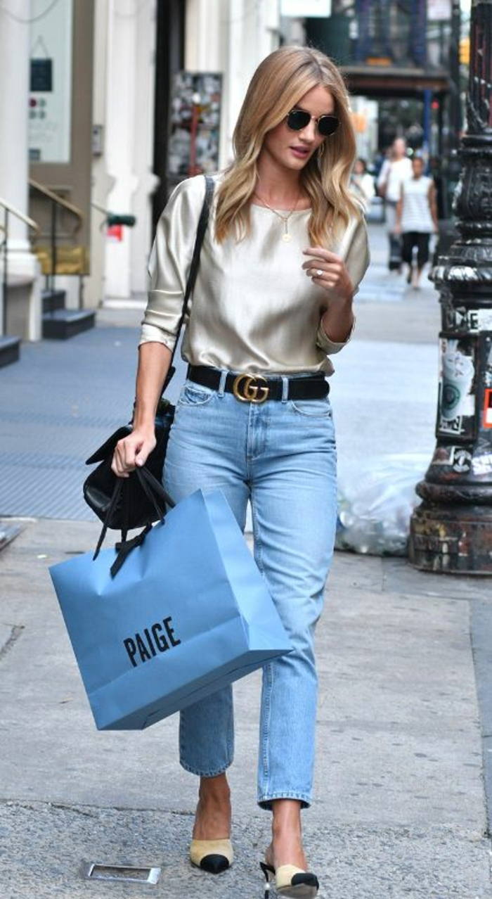 outfit-casual-chic-tutti-i-giorni-jeans-vintage-caviglia-scarpe-tacchi-medi-camicia-raso-occhiali-da-sole