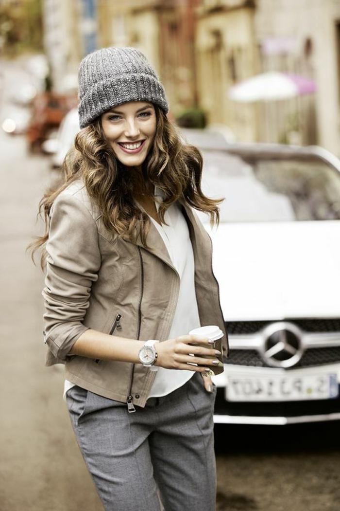 outfit-casual-donna-pantalone-grigio-giacca-pelle-camicetta-bianca-cappello-abbinato-caffè