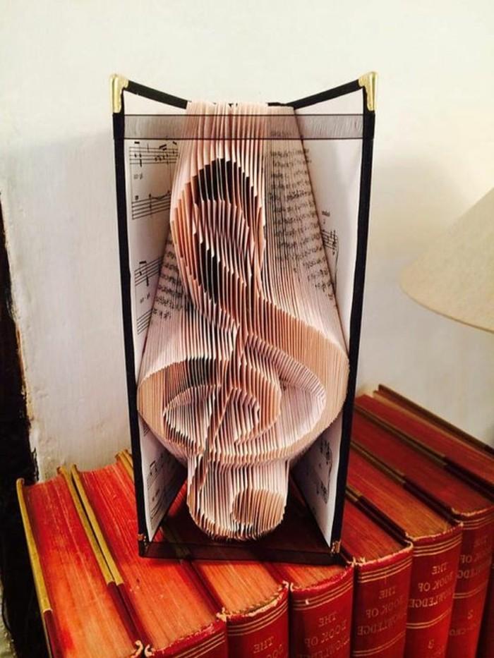 pagine-libro-trasformano-vere-proprie-sculture-chiave-violino