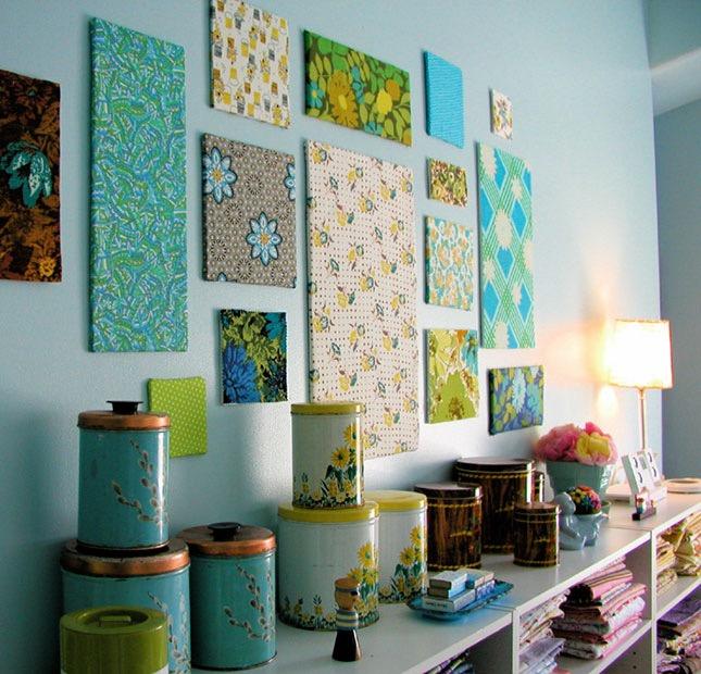pannelli-decorativi-parete-decorata-tessuto-colorato-soggiorno-soprammobili-colorati-libri-accessori