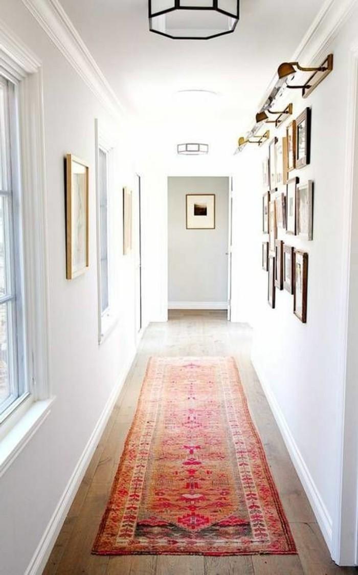 pareti-bianche-corridorio-decorazioni-foto-incorniciate-lampade-soffitto-parete