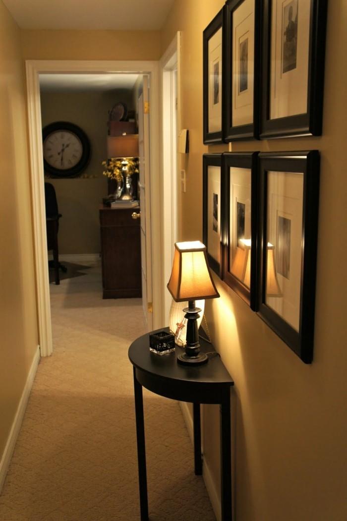pareti-decorate-corridoio-pavimento-colore-beige-quadri-tavolino-legno-lampada-abat-jour