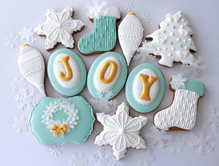 Biscottini al cacao decorati con della pasta di zucchero di colore azzurro, decorazioni natalizie originali