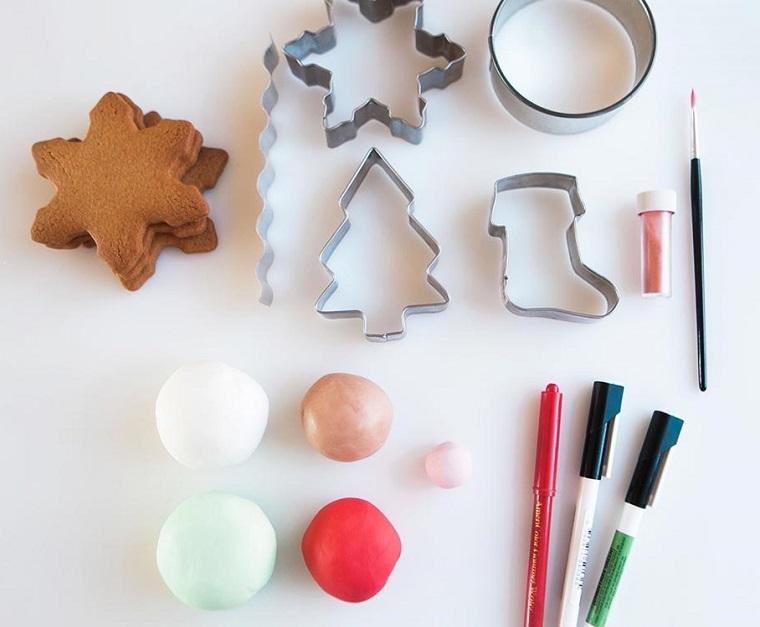 Stampi di metallo per fare i biscotti a tema natalizio, strumenti per la decorazione con pasta di zucchero e pennarelli commestibili
