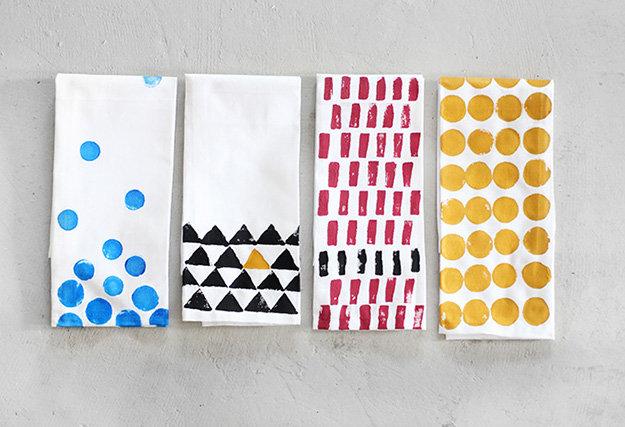 personalizzare-decorare-asciugamani-fai-da-te-stencil-colori-tessuti-idea-creativa-decorazioni-casa