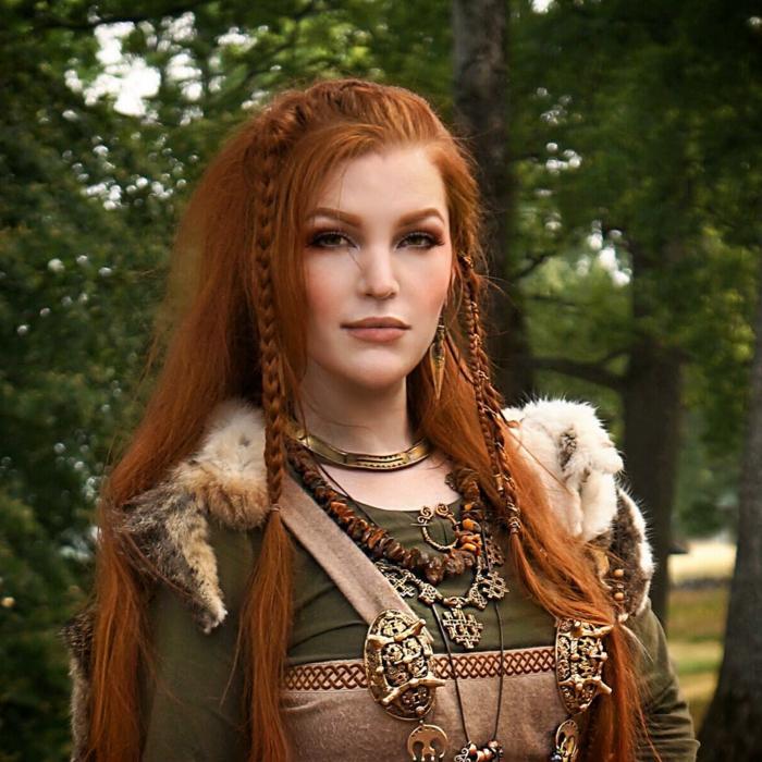 pettinature-medievali-femminili-capelli-ramati-lunghi-lisci-treccia-piccola-lato
