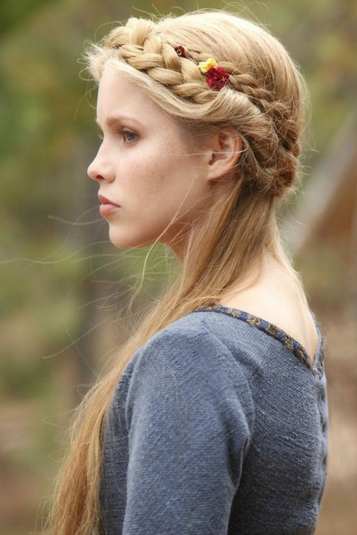 pettinature-medievali-femminili-ragazza-capelli-lisci-lunghi-biondi-corona-treccia-fiore-rosso-decorazione