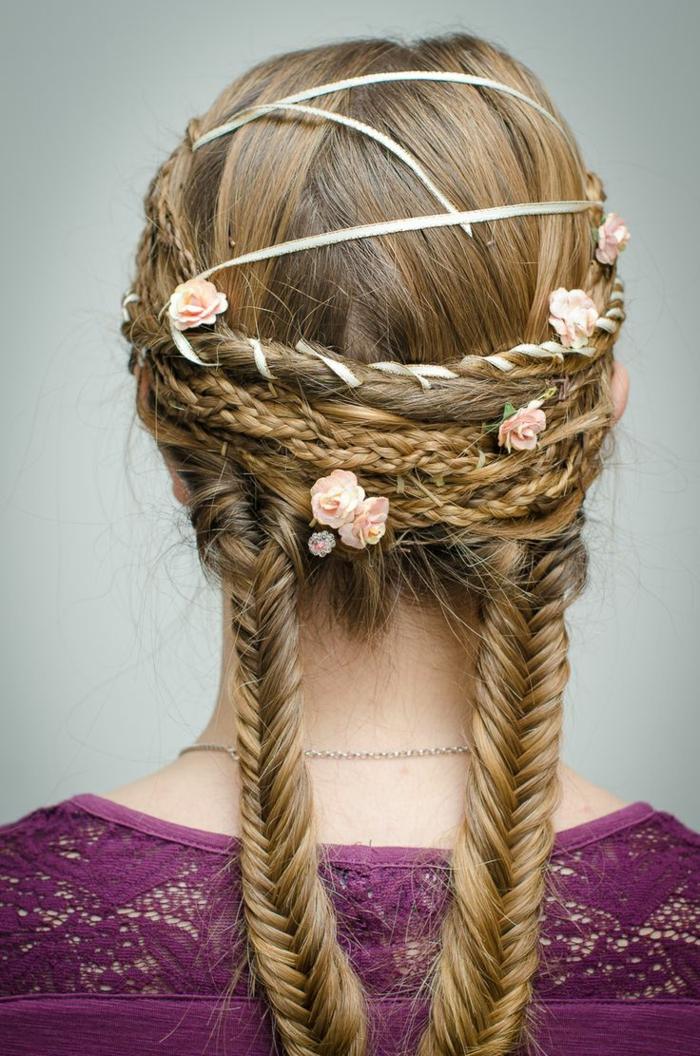 pettinature-medievali-femminili-ragazza-capelli-lunghi-biondi-lisci-due-trecce-corone-fiori
