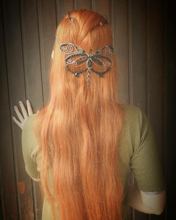 pettinature-medievali-femminili-ragazza-spalle-capelli-lunghi-ramati-lisci-farfalla-fermaglio