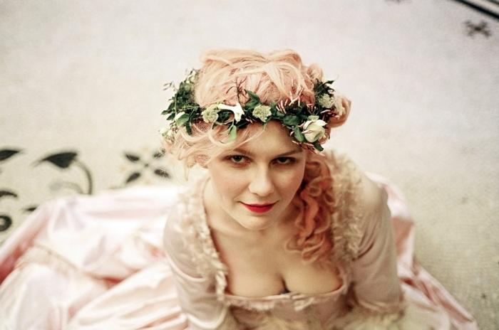 pettinature-medievali-proposta-romantica-originale-ragazza-capelli-lunghi-corona-fiori