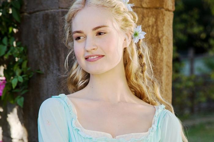 pettinature-medievali-ragazza-capelli-biondi-lunghi-traccia-lato-fiori-azzurri-decorazione