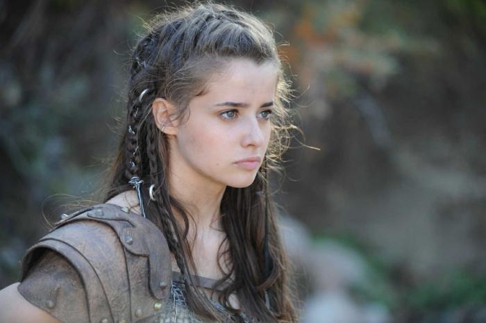 pettinature-medievali-ragazza-capelli-castano-scuri-raccolti-treccia-ciuffi-liberi-abito-epoca