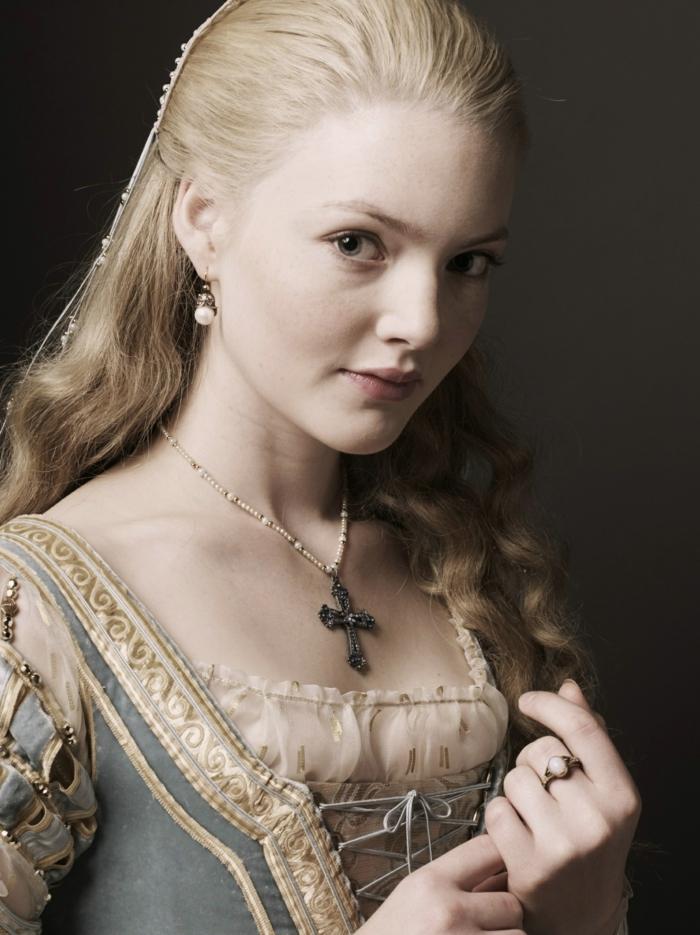 pettinature-medievali-ragazza-capelli-lunghi-lisci-biondo-cenere-abito-epoca-croce-collo