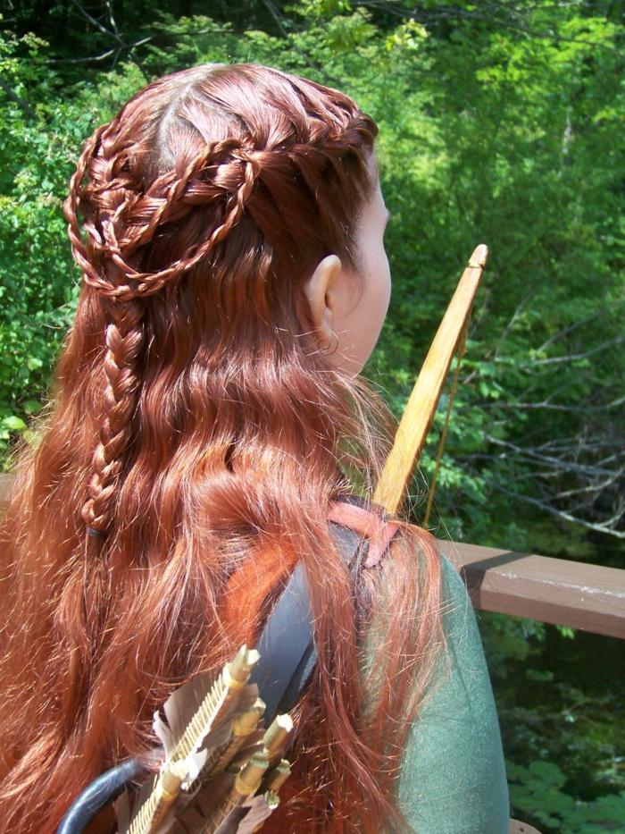 pettinature-medievali-ragazza-spalle-capelli-lunghi-ramati-serie-trecce-varia-grandezza-corona