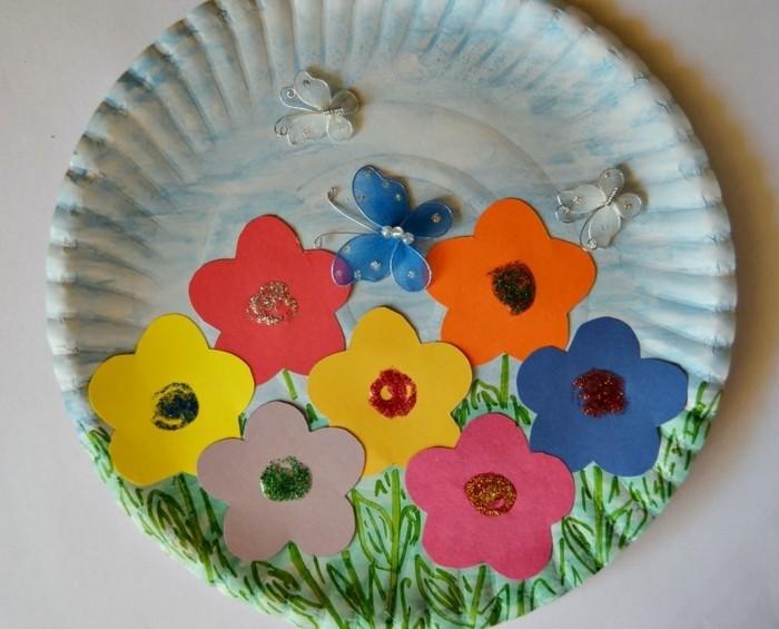 piatto-carta-decorato-fiori-tanti-colori-farfalle-erba-idea-creativa-lavoretti-primavera